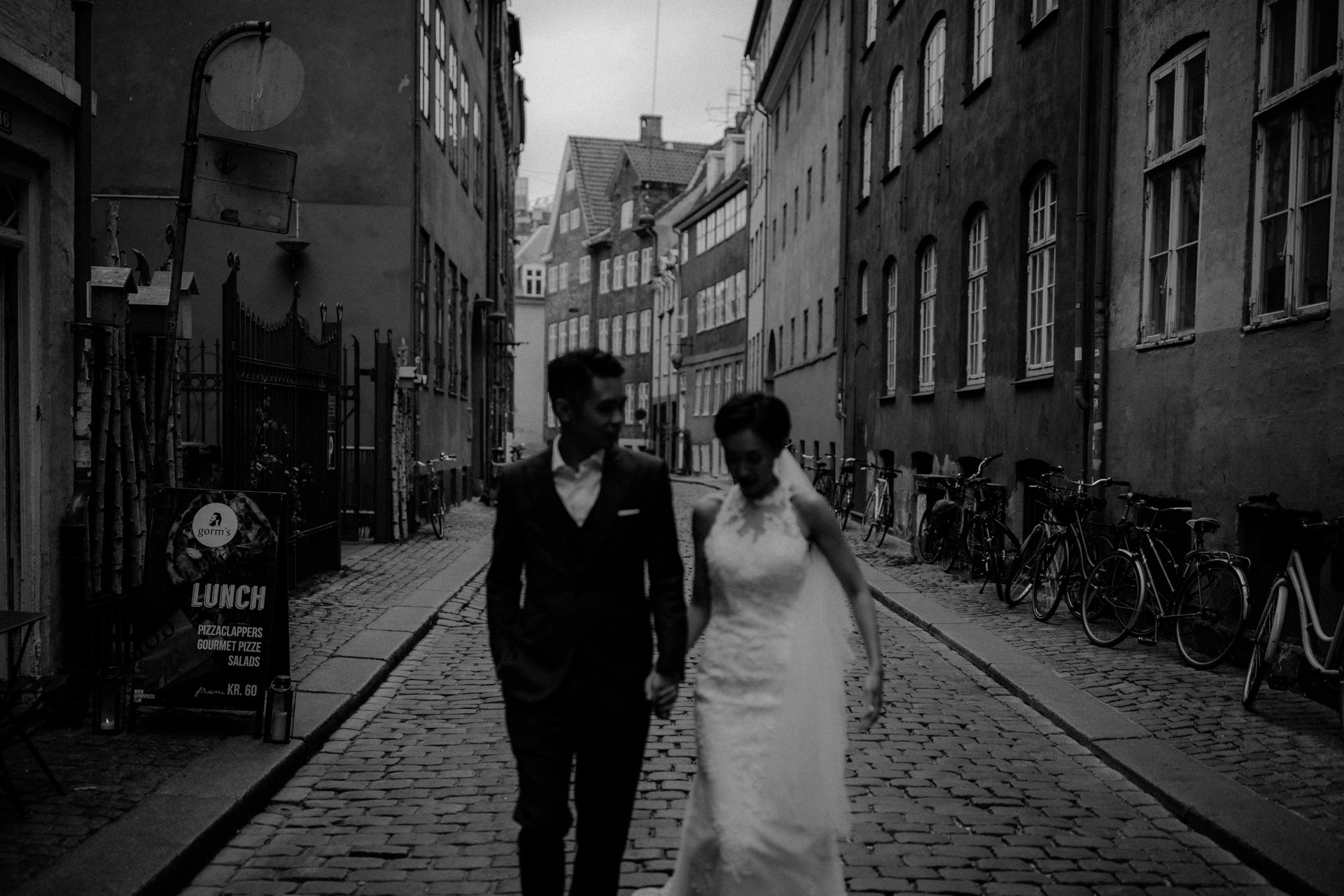 The wedding couple is walking through the streets of Copenhagen.