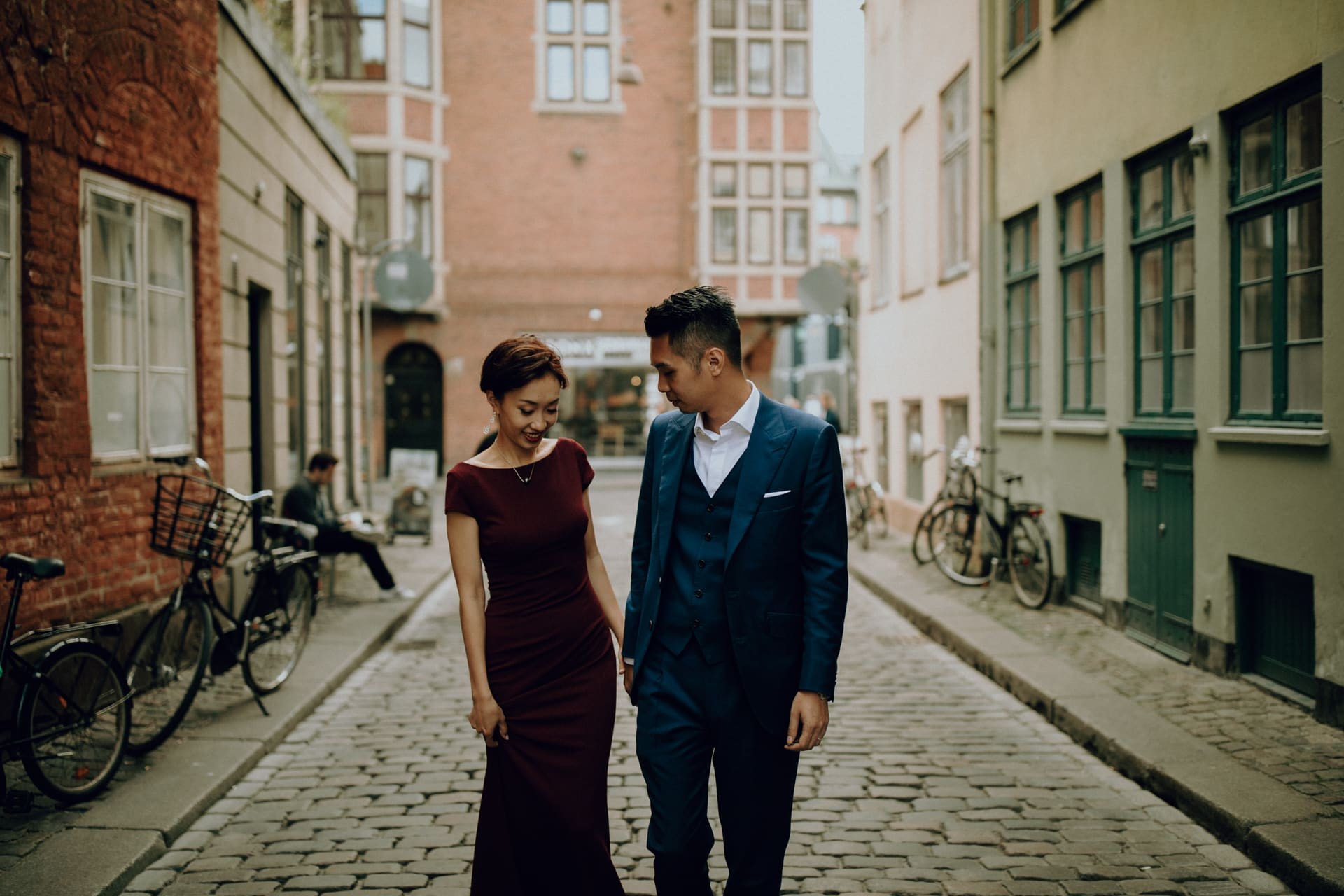 The wedding couple is walking thought the streets of Copenahagen.