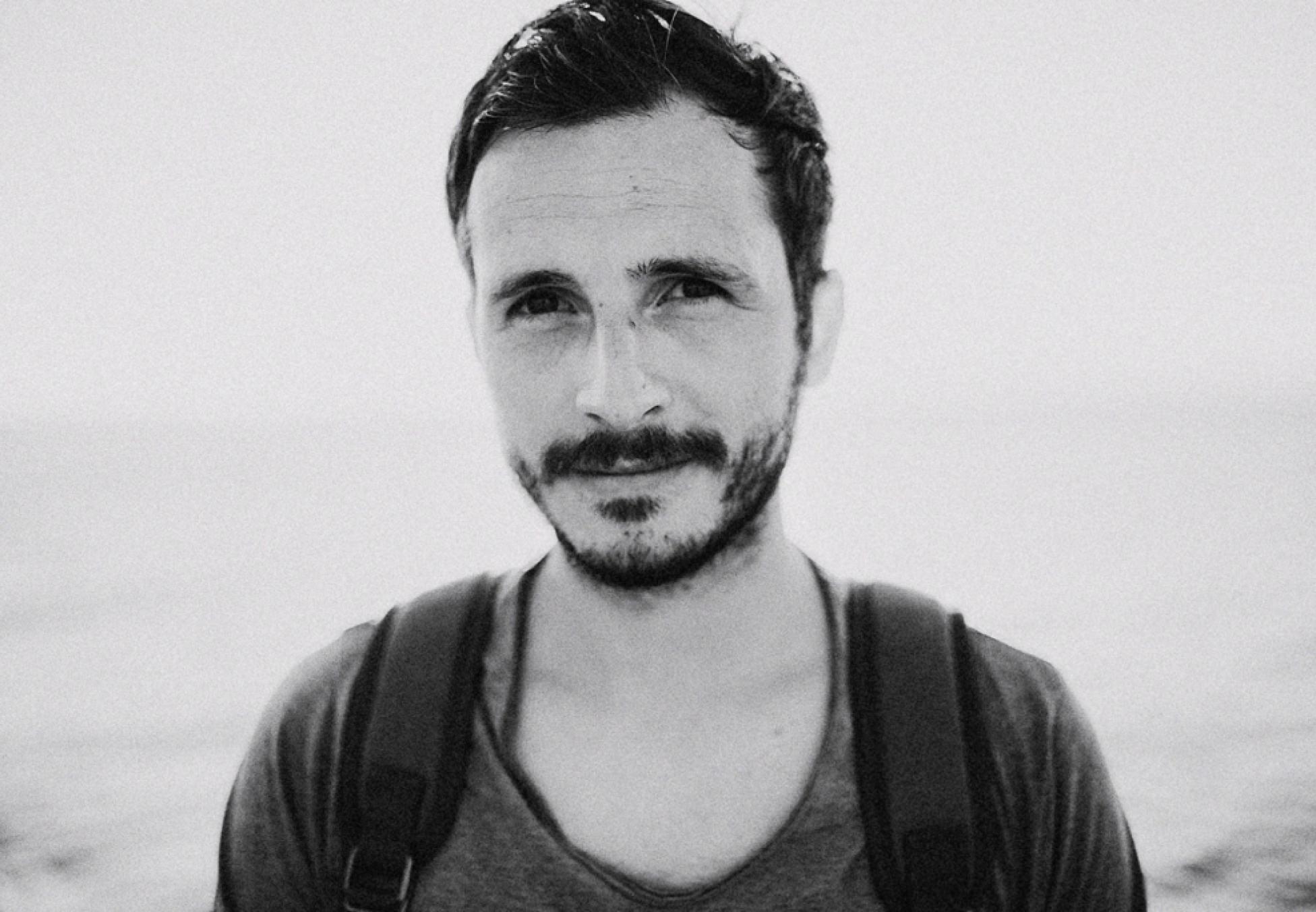 Das Porträt zeigt den HOchzeitsfotografen Lukas Piatek aus Düsseldorf.